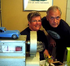 Ulla och Bengt Abrahamsson tar emot i Rättviks nostalgimuseum Minnesmaskinen.